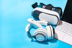 Vr, écouteur, ordinateur portable sur le fond bleu Concept pour le vr, jeu, images stock