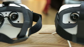 VR κάσκες, σύνολα εικονικής πραγματικότητας, γυαλιά VR pan απόθεμα βίντεο