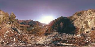 VR сцены горы на времени осени солнечном Дикие горы, сосна и огромные утесы видеоматериал