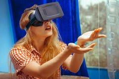 VR玻璃的女孩 库存图片