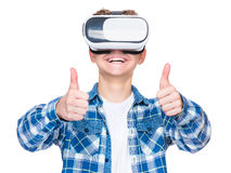 VR玻璃的青少年的男孩 免版税库存图片