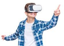 VR玻璃的青少年的男孩 免版税图库摄影