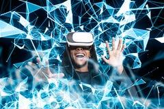 VR玻璃的,蓝色多角形微笑的非洲人 库存图片