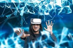 VR玻璃的,蓝色多角形微笑的非洲人 免版税库存照片