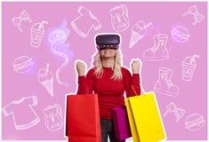 VR/онлайн покупки, женщина с хозяйственными сумками стоковая фотография