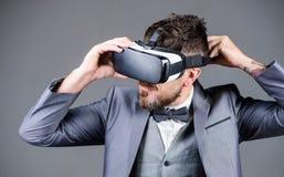 Виртуальная работа бизнесмен в шлемофоне VR Визуальная реальность бородатый человек носит беспроводные стекла VR Будущее цифров и стоковые изображения rf
