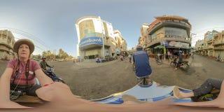 360VR av turister som rider som ?r cyclo i Phnom Penh Cambodja royaltyfri foto
