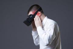 Vr boli po uses rzeczywistości wirtualnej szkieł, migrena i migrena Zdjęcie Royalty Free