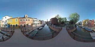 360 VR Burano malowniczy townscape z kanałem, kościół i barwiącymi domami, Włochy fotografia royalty free