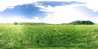 360 VR d'un beau timelapse de pré de montagne au temps d'été ou d'automne Nuages, herbe verte et rayons du soleil banque de vidéos
