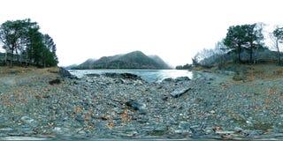VR d'une belle rivière de montagne au temps en retard d'automne Parc national, pré, berge au jour obscurci banque de vidéos