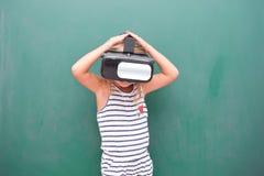 Vr de observación de la muchacha del niño Fotografía de archivo libre de regalías