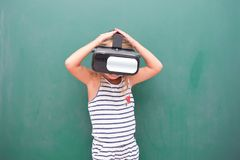 Vr de observation de fille d'enfant Photographie stock libre de droits