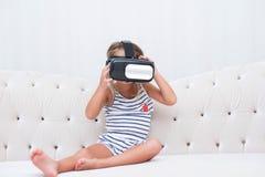 Vr de watchin de fille d'enfant Photo stock