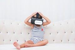 Vr de watchin de fille d'enfant Photos libres de droits