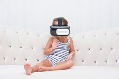 Vr de watchin de fille d'enfant Images stock