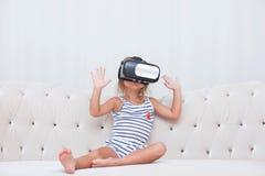 Vr del watchin de la muchacha del niño Imagen de archivo libre de regalías