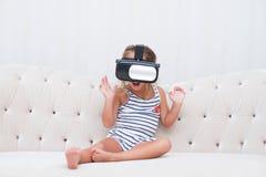 Vr del watchin de la muchacha del niño Imagen de archivo