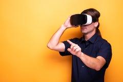 VR doświadczający dorosłym mężczyzna w studiu obrazy stock