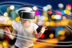 VR eller virtuell verklighetbegrepp som illustreras av asiatiskt bära för barn arkivbild