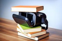 VR glazen en boeken op een lijst die het digitale leren symboliseren Royalty-vrije Stock Foto