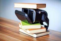 VR glazen en boeken op een lijst die het digitale leren symboliseren Stock Afbeelding