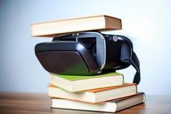 VR glazen en boeken op een lijst die het digitale leren symboliseren Stock Fotografie
