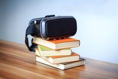 VR glazen en boeken op een lijst die het digitale leren symboliseren Stock Afbeeldingen