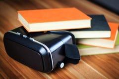 VR glazen en boeken op een lijst die het digitale leren symboliseren Stock Foto's