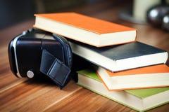 VR glazen en boeken op een lijst die het digitale leren symboliseren Stock Foto