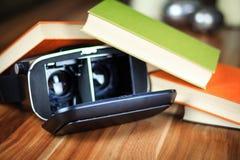 VR glazen en boeken op een lijst die het digitale leren symboliseren Royalty-vrije Stock Afbeelding