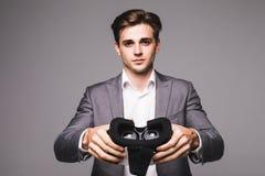 VR gogle Mężczyzna ogląda filmy lub bawić się wideo gry odizolowywać na białym tle daje, wskazywał, rzeczywistość wirtualna gogle obrazy stock