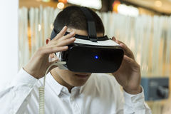 VR-hörlurar med mikrofon, virtuell verklighet ställer in, VR-exponeringsglas Royaltyfria Foton