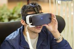VR-hörlurar med mikrofon, virtuell verklighet ställer in, VR-exponeringsglas Royaltyfri Bild