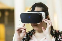 VR-hörlurar med mikrofon, virtuell verklighet ställer in, VR-exponeringsglas Fotografering för Bildbyråer