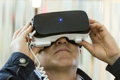 VR-hörlurar med mikrofon, virtuell verklighet ställer in, VR-exponeringsglas Arkivbild