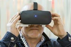 VR-hörlurar med mikrofon, virtuell verklighet ställer in, VR-exponeringsglas Arkivfoto