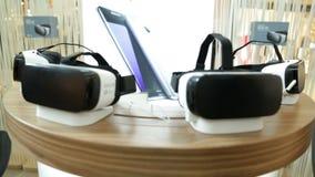 VR hoofdtelefoons, virtuele werkelijkheidsreeksen, VR-glazen defocus stock footage