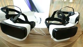 VR hoofdtelefoons, virtuele werkelijkheidsreeksen, VR-glazenpan stock footage