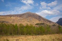 Vår i Skottland på Glencoe som bedövar den härliga skotska dalgången och berg i Lochaber Arkivfoto