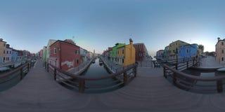 360 VR-kanaler och gator med ljust målade hus på den Burano ön, Italien arkivfilmer