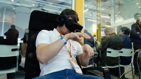 VR-konferensbesökaren testar virtuell verklighethjälmen arkivfilmer