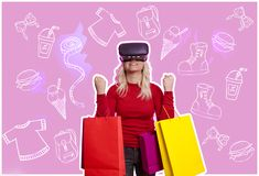 VR/on-line ψωνίζοντας, γυναίκα με τις τσάντες αγορών στοκ φωτογραφία