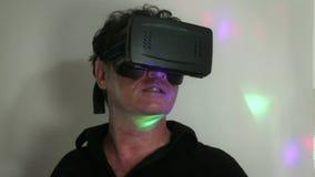 VR: Mann im schwachen Raum reagiert zu VR-Erfahrung mit Retro- Lichteffekt stock video footage