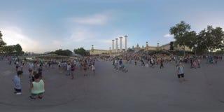 360 VR-Mensen op vierkant van Vier kolommen voor Nationaal Paleis, Barcelona stock videobeelden