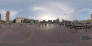 360 VR-personer och transport trafikerar på Plaza de Espana, Barcelona arkivfilmer