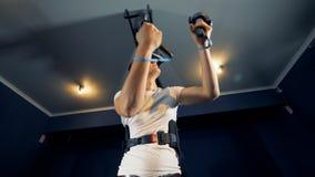 VR platforma używał młodym człowiekiem rusza się jego ręki w złudzeniu podczas gdy być zdjęcie wideo