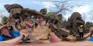 360VR tłumy przy Ta Prahm Kambodża obraz royalty free