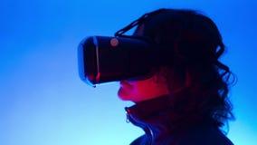 VR-virtuell verklighetskyddsglasögon stock video
