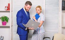 Vraag advies van collega Laptop die van de zakenmangreep Internet surfen Werkgever en secretaresse of hulp het werklaptop stock foto